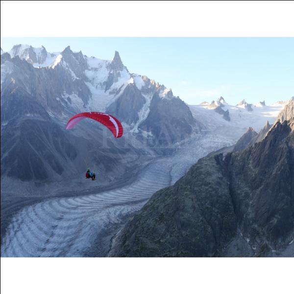 Le décollage d'un parapente se fait uniquement à pied depuis un relief. Il est donc impossible de pratiquer cette activité sur terrain plat.