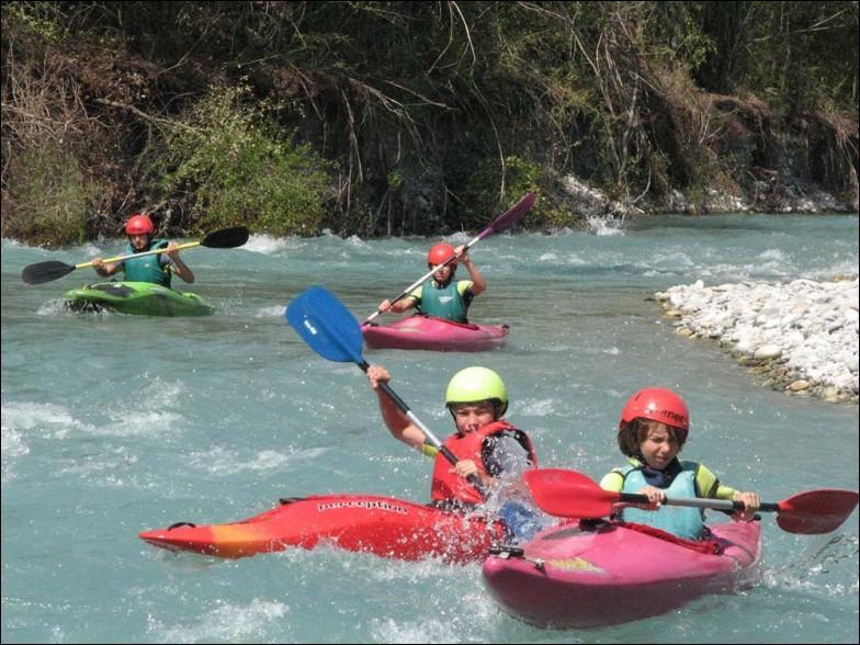 On pratique le canoë-kayak avec des embarcations propulsées à l'aviron.