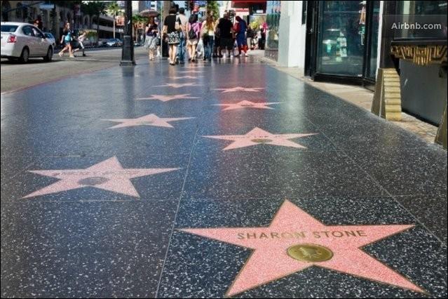 Dans quelle ville trouve-t-on des étoiles sur le trottoir appelé Walk of Fame ?