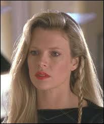 Initialement, c'était l'actrice Sean Young qui jouait le rôle de Vicki Vale, mais elle fut remplacée par Kim Bassinger car...