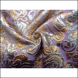 Observez ce tissu, rehaussé de dessins brochés d'or et d'argent, et donnez-moi son nom :