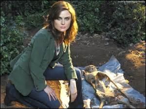 Je suis Emily Deschanel, dans la série Bones, je joue le rôle de...