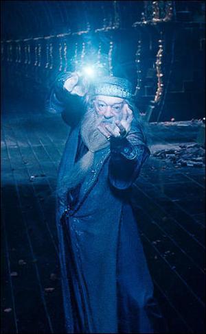 Etant plus jeune le professeur Dumbledore avait deux fonctions à Poudlard. Lesquelles ?