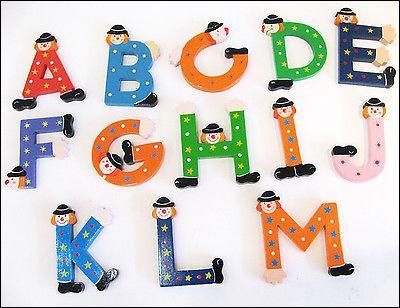 La première lettre de l'alphabet est une voyelle. La dernière lettre est une consonne.