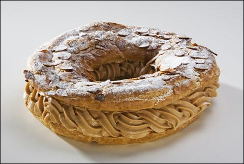 Le Paris-Brest est une pâtisserie composée d'une pâte à choux fourrée d'une crème au café.