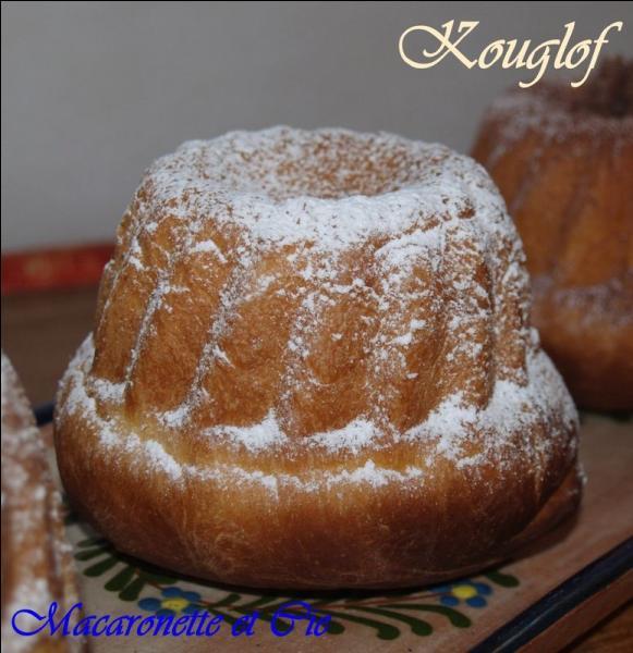 Le kouglof, gâteau alsacien à pâte levée, cuit dans un moule spécial.