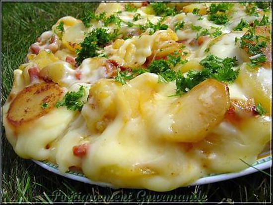 Les trois ingrédients qui suffisent à préparer l'authentique truffade, sont les pommes de terre, le fromage et l'ail (sans oublier sel et poivre, bien sûr).