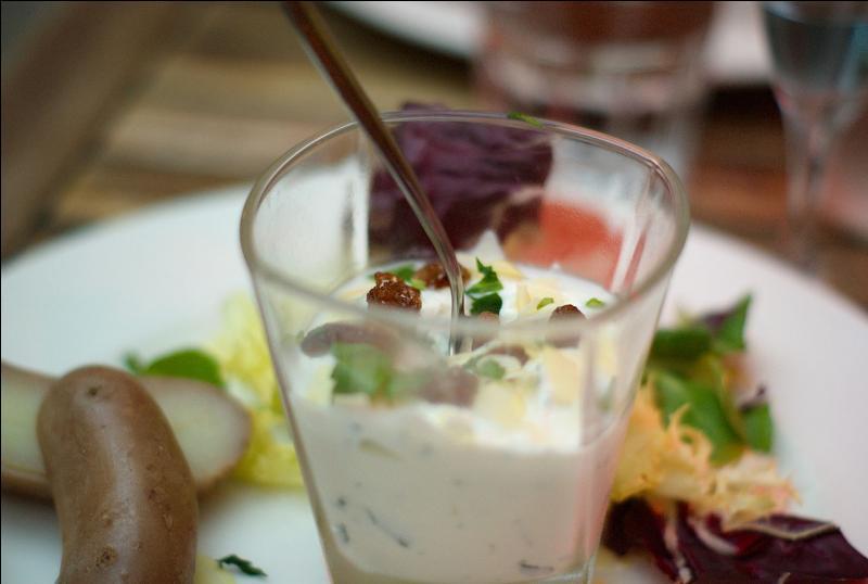"""On appelle """"cervelle de canut"""", du fromage blanc en faisselle assaisonné avec ciboulette, persil et échalote hachés, huile d'olive, sel et poivre."""