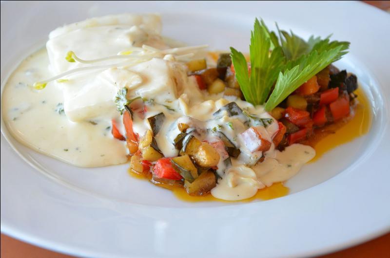 La bourride à la sétoise est un ragoût composé de poissons blancs dont la lotte (queue de baudroie) et accompagné d'aïoli.