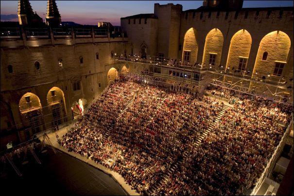 Quelle ville accueille un très célèbre festival de théâtre ?