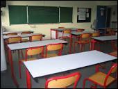 On s'assoit sur des tables mais autrefois, les écoliers appelaient ça des...
