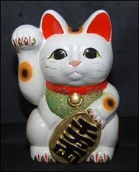 Cette statuette traditionnelle de chat porte-bonheur appelé Maneki-neko nous vient de Chine.