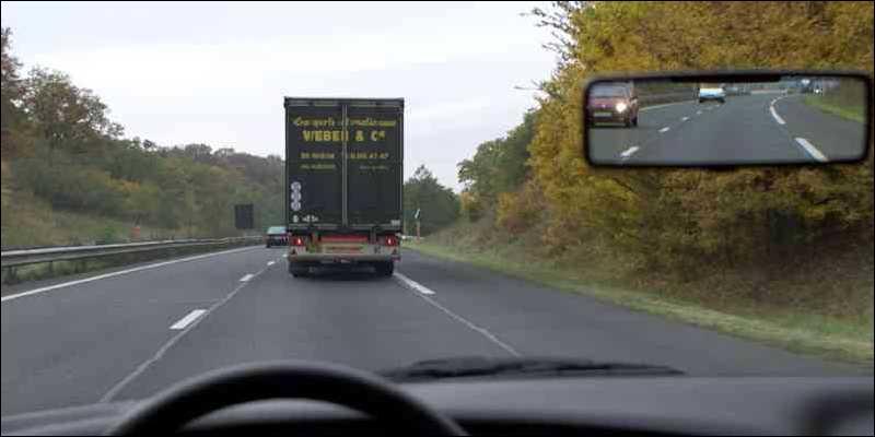Dans cette situation, puis-je dépasser le poids lourd ? Suis-je à bonne distance de sécurité du camion ?