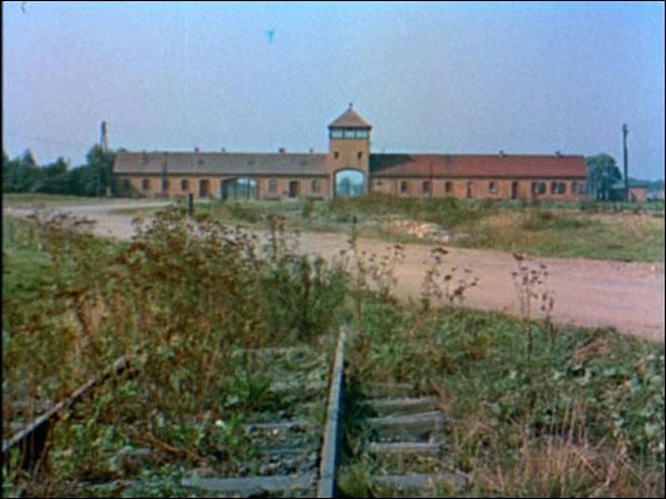 """Quel cinéaste français raconte le système des camps de concentration nazis dans le documentaire """"Nuit et Brouillard"""" ?"""
