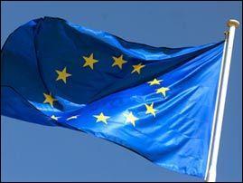 Le 8 décembre, adoption du drapeau européen comme emblème du Conseil de L'Europe. Combien d'étoiles brillent sur le fond azur ?