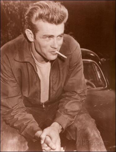 """Le 30 septembre, un accident de la route en Californie lui est fatal. Il a seulement 24 ans ! """"À l'est d'Eden"""" a fait de lui une star dont la carrière s'achève en pleine gloire."""