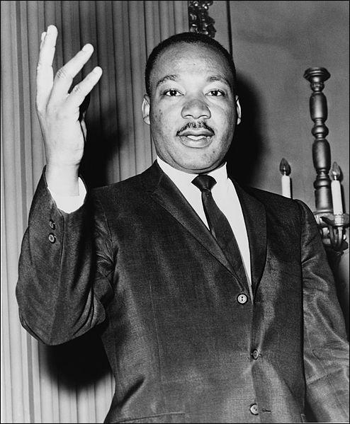 Aux États-Unis, qui lutte pour l'intégration des Noirs et organise de grandes manifestations pacifiques ?