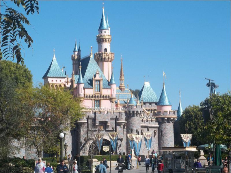 Le parc d'attraction créé par le père de Mickey Mouse, est inauguré près de Los Angeles, en Californie. Ce parc d'un nouveau genre s'appelle...