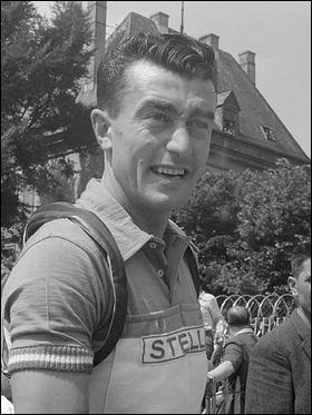 Quel coureur cycliste français, champion du monde en 1954, remporte le Tour de France pour la troisième fois ?