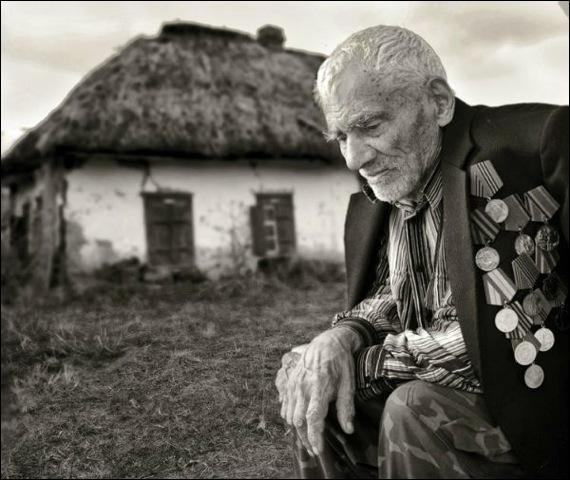 """De qui sont les paroles """"Un vieil homme dans un grenier, pour la nuit nous a cachés, les allemands l'ont pris, il est mort sans sourciller"""" ?"""
