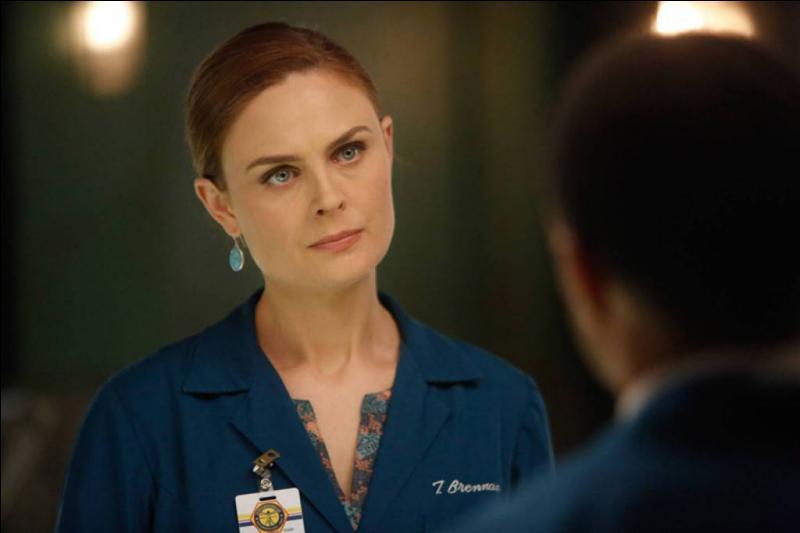 Dans la série, avant Booth, avec qui est-elle sortie le plus longtemps ?