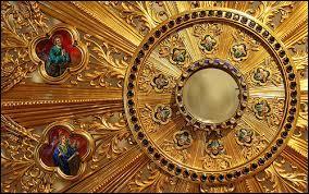 Quelle forme a généralement l'ostensoir, contenant l'hostie exposée pour l'adoration des fidèles ?