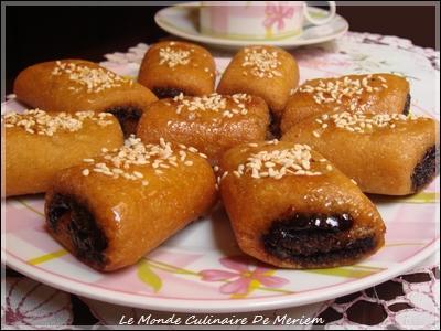 Quelle est cette pâtisserie du Maghreb, très connue en Algérie et en Tunisie, fabriquée avec une pâte à base de semoule de blé dur et une couche de pâte de dattes ?