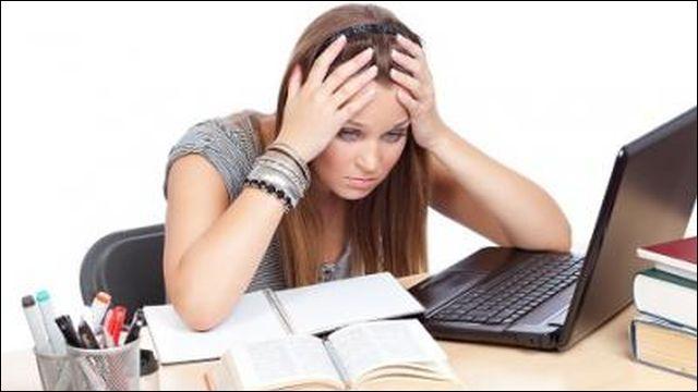 Tous les étudiants préparent l'examen à un rythme soutenu. Que font-ils ?