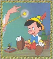 De quelle couleur est la bonne fée, marraine de Pinocchio ?