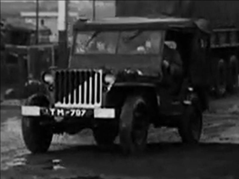 Regardez la photo. Cette jeep a une particularité qui permet de dire que ce véhicule n'a rien à faire dans le film.Pouvez-vous dire pourquoi ?