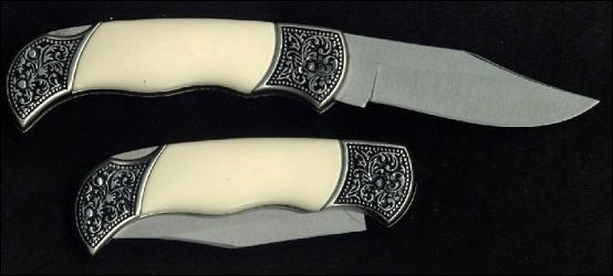 Le couteau au manche blanc sert à couper les branches, les herbes, sculpter la cire. Il est utilisé pour graver des runes, mais aussi pour façonner la ----.