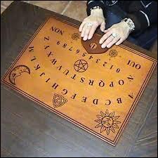 Comment s'appelle l'objet utilisé lors de séances de spiritisme présent sur la photo ?