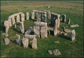 Comment s'appelle ce site où l'on trouve des énormes pierres posées au sol ?