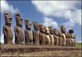 Comment sont appelées les statues monumentales qui se situe sur l'île de Pâques ?