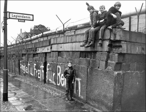 En quelle année commença la chute du mur de Berlin ?