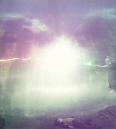Les deux antagonistes s'élèvent du sol, un phénix chante et un dôme d'or se forme autour d'eux... Pourquoi ne peuvent-ils pas se tuer ?