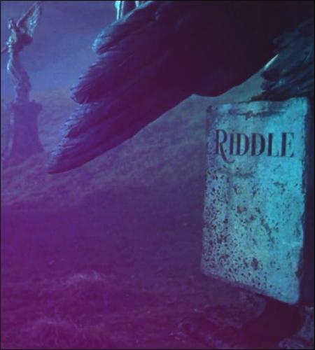 ______________ Chapitre 3 : Une palingénésie théâtralisée ______________La règle des trois unités est-elle respectée ? Analyse.a. Un seul fait : la renaissance de Voldemortb. En un lieu : le cimetière de Little Hangletonc. En un jour :