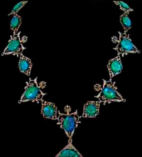 Alors qu'il s'est introduit dans le bureau du directeur de Poudlard, Rogue a son attention attirée par un collier d'émeraude dans un des souvenirs. D'ailleurs, dans la saga, un collier est-il présent dans l'intrigue d'un des films ?