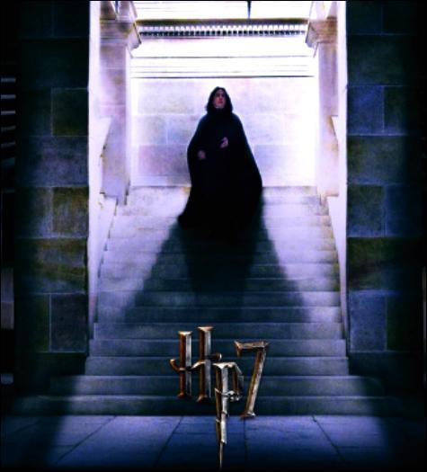 Revenant au manoir familial des Rogue, Severus renverse par mégarde une armoire millénaire... Un objet inconnu lui roule jusqu'au pied, révélant cette étrange missive...Objet profané, Ne cherche pas à t'en mêler, Objet maléfique, Tu serais aux mains du tragique.Parmi ces citations célèbres de la saga, laquelle est inscrite et non prononcée dans un premier temps ?