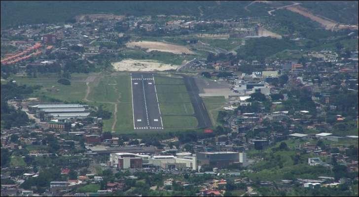 Vous serez tout content à Toncontín (Honduras), d'atterrir sans encombres. Normalement, une piste d'aéroport international mesure environ 3500 m, celle-ci seulement :