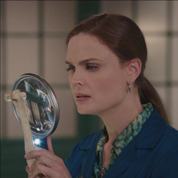 Dans la série télévisée, quel est le nom de l'actrice qui joue Bones ?