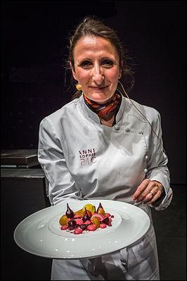 Qui est cette femme, devenue en 2007 la première chef de sa génération à obtenir trois étoiles Michelin ?