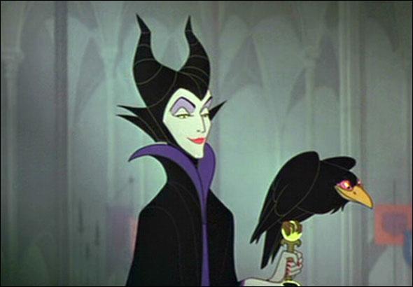 Maléfique, jalouse elle jette un sort sur le berceau de Aurore, La belle au bois dormant. Cette méchante va quand même mourir.
