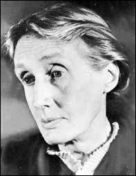 Virginia Woolf s'intéressa à la psychologie et aux émotions. À cause de sa peur de devenir folle, cette Anglaise moderne et féministe se suicida le 28 mars 1941 à l'âge de 59 ans. Dans quel domaine s'est-elle distinguée ? La …