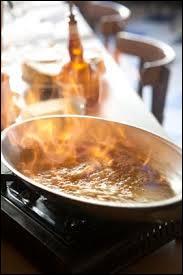 """Quel liquide doit-on utiliser dans le processus de cuisson appelé """"flambage"""" ?"""