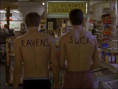 Dans le même épisode, les trois gars leur écrivent quelque chose sur le dos, de quoi s'agit-il ?