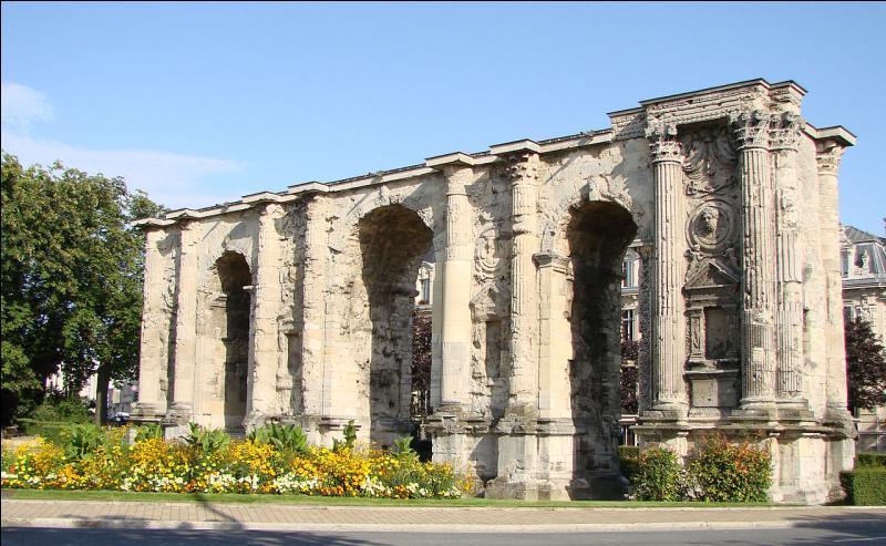 """Dans quelle ville de Champagne-Ardenne, surnommée """"la cité des sacres"""", peut-on admirer la porte Mars ?"""