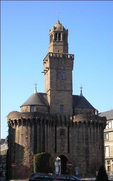 La porte Horloge était la principale porte d'entrée de cette cité au Moyen Âge. Dans quelle ville du Calvados peut-on la voir et déguster l'andouille ?