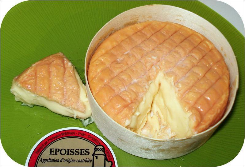 La croûte de l'époisses, fromage bourguignon au lait de vache, à pâte molle, est lavée avec un mélange d'eau salée et de marc de Bourgogne.