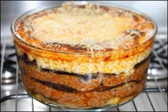 Dans la moussaka grecque, on alterne des couches de viande de mouton hachée et des tranches d'aubergines.